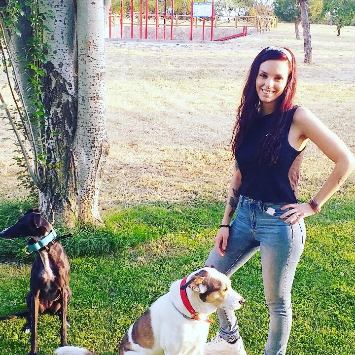 Nadia con sus dos perros